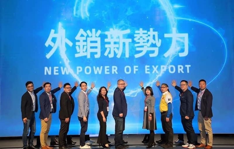 立璽科技魏總經理(右1)與外貿菁英企業領袖們啟動電商新勢力